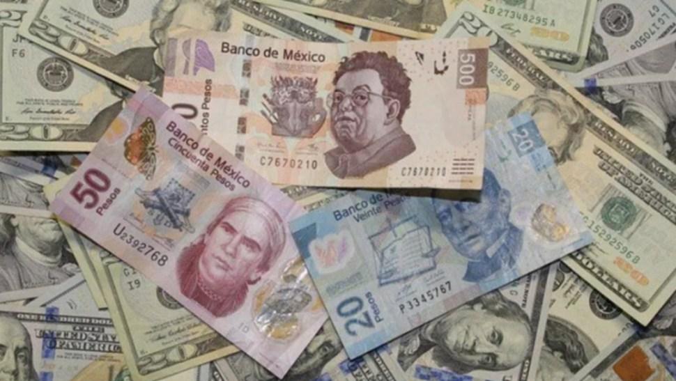 Foto: Pesos mexicanos y dólares estadounidenses