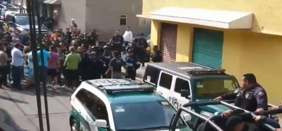 Policias detienen a dos personas en operativo iztapalapa