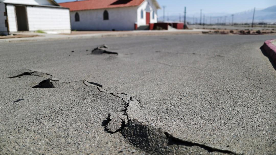 Foto: Una iglesia se encuentra detrás de una carretera daña tras un terremoto de magnitud 7.1 en Trona, California, julio 6 de 2019 (Getty Images)