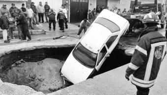 Dos vehículos particulares caen en un socavón en la colonia El Chamizal, Estado de México., 12 julio 2019