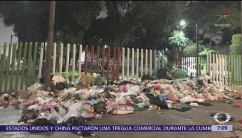 Vecinos tiran basura frente a parque en Arcos de Belén