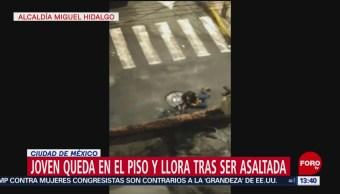 Mujer queda tendida a media calle tras asalto en CDMX