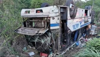Foto: volcadura de autobús en carretera Acapulco-Zihuatanejo, 3 de julio 2019. Noticieros Televisa