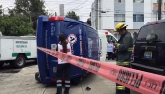 Camioneta de valores se impacta y vuelca en Jalisco