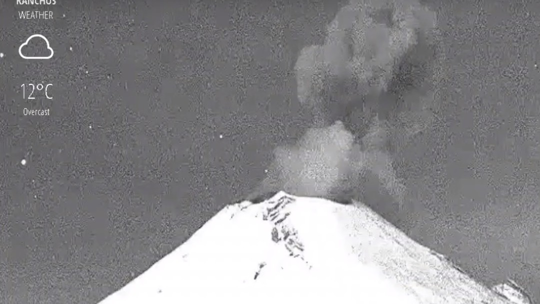 Popocatépetl lanza columna de ceniza acompañado de fragmentos incandescentes