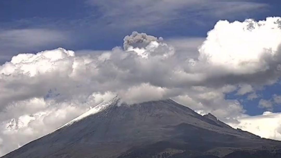 Foto: El volcán Popocatépetl presentó una exhalación con moderado contenido de ceniza que se dispersa hacia el oeste-suroeste de Puebla, julio 6 de 2019 (Twitter: @PC_Estatal)