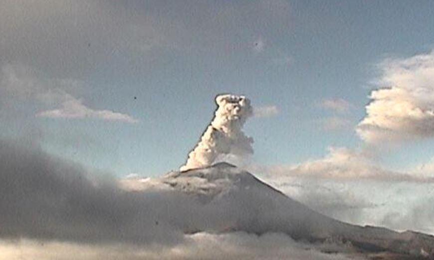 Volcán Popocatépetl emite fumarolas con columnas de ceniza de 800 metros