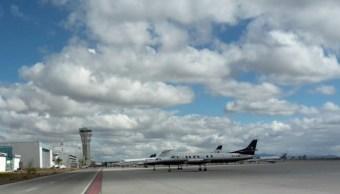 Foto: La avioneta aterrizó en la pista del AIQ y presentó derrame de combustible, 2 de agosto de 2019, (Twitter @AIQ_MX)