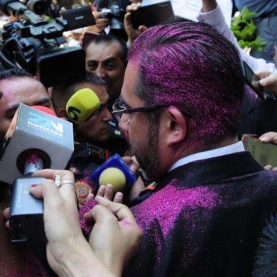 Manifestantes lanzan diamantina a Jesús Orta; vandalizan edificio de la PGJ-CDMX