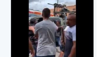 Video: Militares detienen a 'halcón', pero habitantes los agreden para exigir su liberación