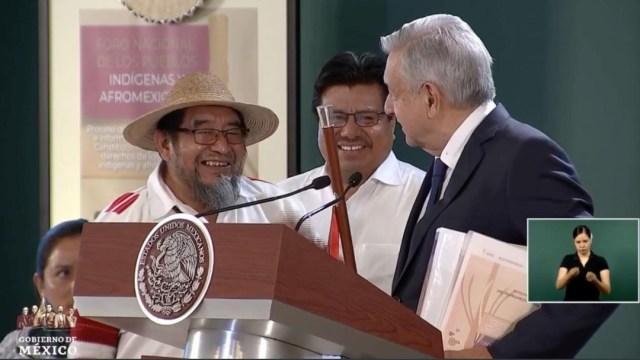 Foto: AMLO recibió el bastón de mando por parte de uno de los representantes de la comunidad de Oxchuc, Chiapas, 9 agosto 2019