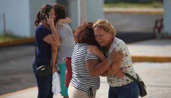 Familiares lloran a sus familiares muertos, 28 de agosto de 2019 (AP)
