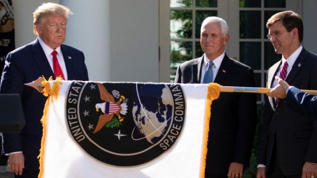 Foto: Trump y Mike Pence con la bandera de la nueva Fuerza Armada, 29 de agosto de 2019 (AP)