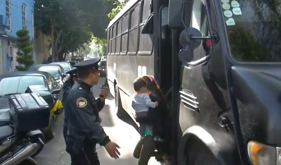 Foto: Entre las personas rescatadas se encuentran varios menores de edad, así como madres de familia, el 10 de agosto de 2019 (Noticieros Televisa)