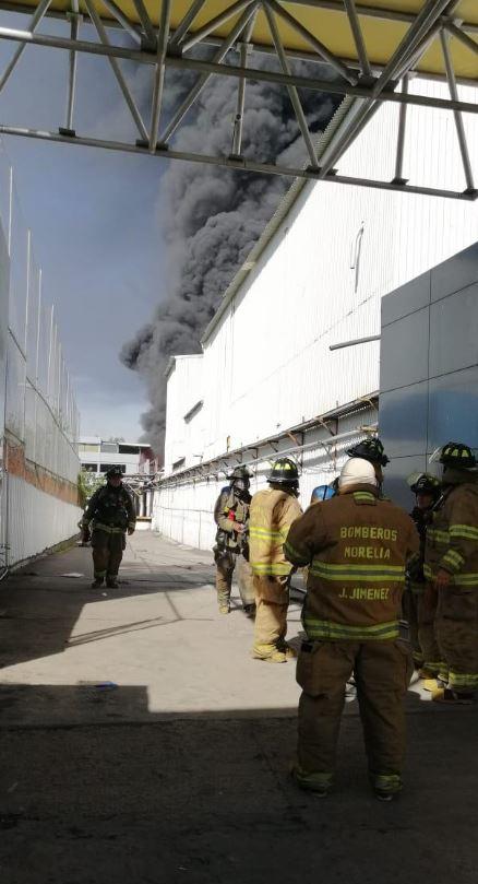 Bomberos de Morelia, Michoacán, atienden incendio en fábrica de plásticos. (PC Michoacán)