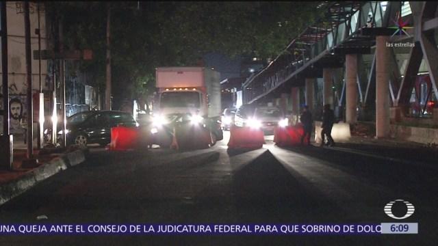 Camión choca en Eje 3 Oriente y jala cables de telefonía
