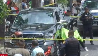 Foto: El hombre de la camioneta negra permanece en la zona resguardado por los policías, 21 de agosto 2019. (FOROtv)