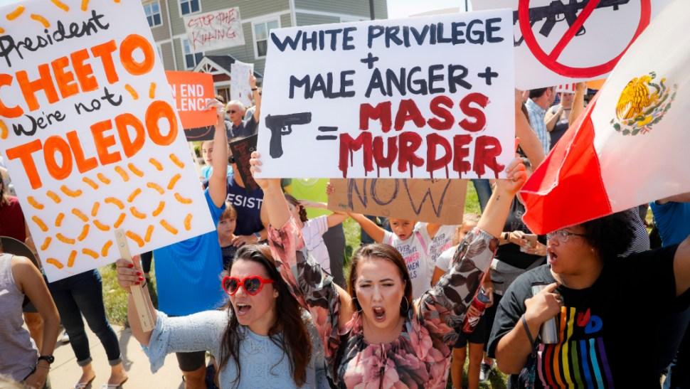 FOTO Donald Ttrump visita Ohio tras tiroteo; protestan civiles por política de armas (AP)