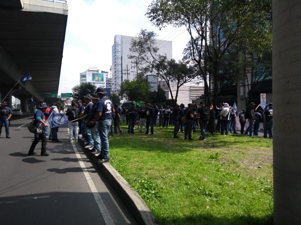 Policías federales bloquean Periférico Sur en CDMX