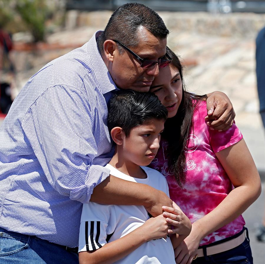 Foto: Integrantes de la comunidad latina acuden al memorial de las víctimas del tiroteo en El Paso, Texas, 4 de agosto de 2019, (EFE)
