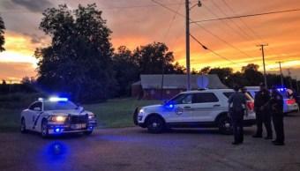 Foto: Policías de Helena-West, Arkansas, mantienen rodeada la casa donde el agresor se oculta. Twitter/@MemphoNewsLady