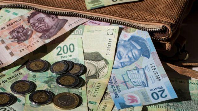 Foto: Billetes y monedas mexicanas. Getty Images/Archivo