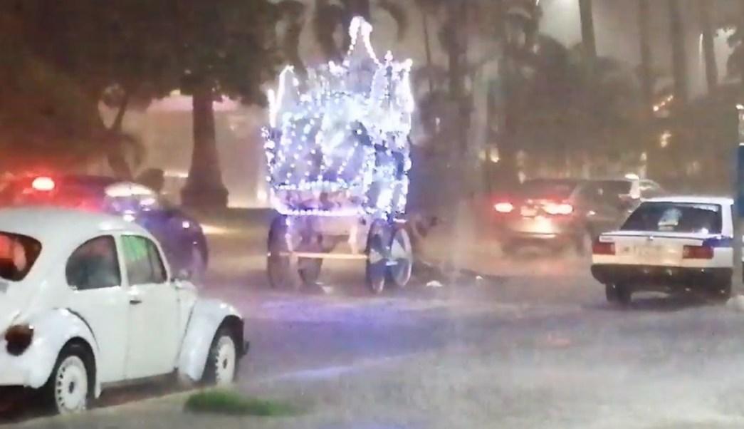 Foto: Un hombre trata de levantar al caballo tirado en la costera Miguel Alemán de Acapulco, Guerrero. YouTube/MegaNews