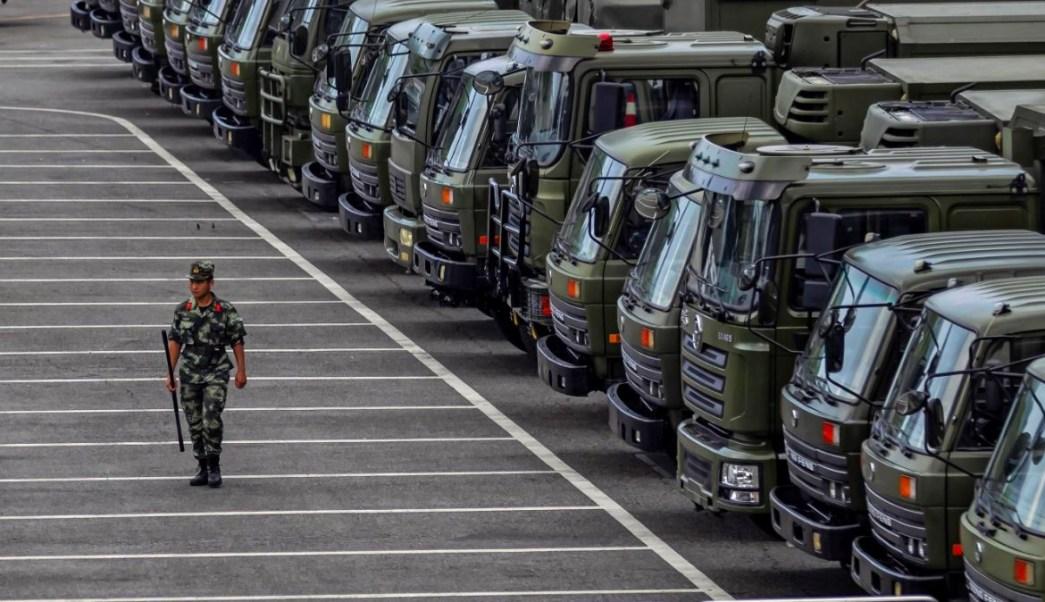 Foto: Vehículos militares chinos parados en Shenzhen, en la frontera con Hong Kong. El 15 de agosto de 2019. Efe