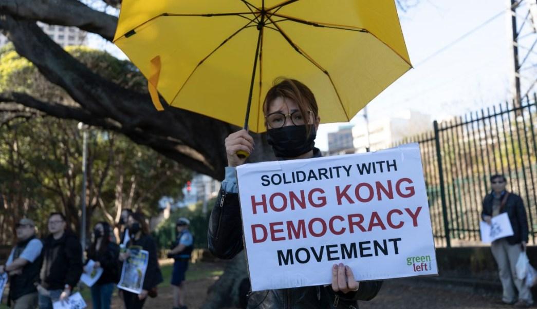 Foto: Una mujer carga un cartel durante las manifestaciones prodemocracia en Hong Kong. Getty Images