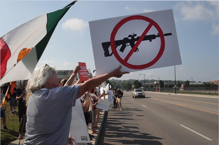 Foto: Miles de personas salieron a protestar en calles de El Paso, Texas, EEUU, contra el presidente Donald Trump y las armas. El 7 de agosto de 2019. Getty Images