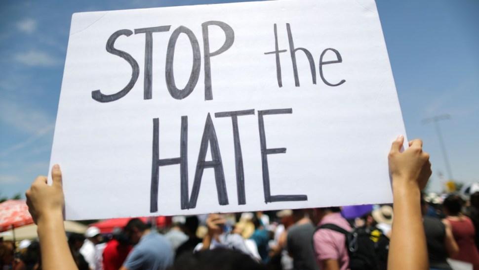"""Foto: Un manifestante sostiene un cartel con la leyenda """"Stop the Hate"""" en El Paso, Texas, EEUU. El 7 de agosto de 2019. Getty Images"""