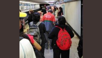 Riña en la estación San Cosme del Metro de la Ciudad de México. Twitter/@elblogdemario