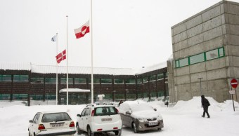 Foto: Banderas de Groenlandia ondean en edificios del condado de Landstinget, en la capital de Nuuk. AP/Archivo