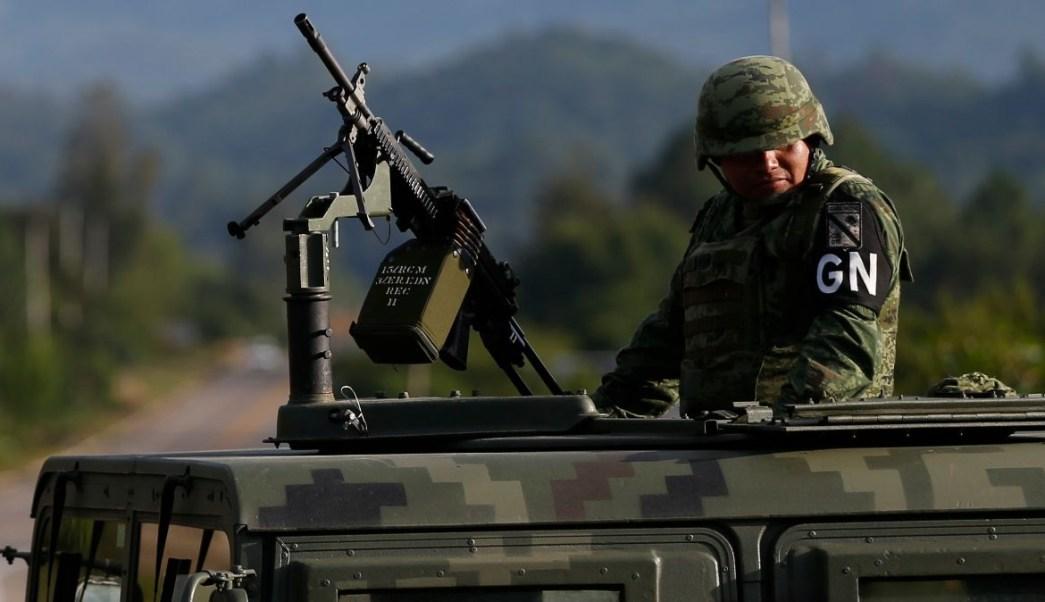 Foto: Un elemento de la Guardia Nacional patrulla una carretera en Chiapas. AP/Archivo
