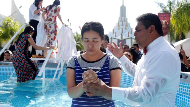 Foto: Cientos de personas fueron bautizados en una alberca portátil en calles de Guadalajara, Jalisco, México. El 12 de agosto de 2019. Efe