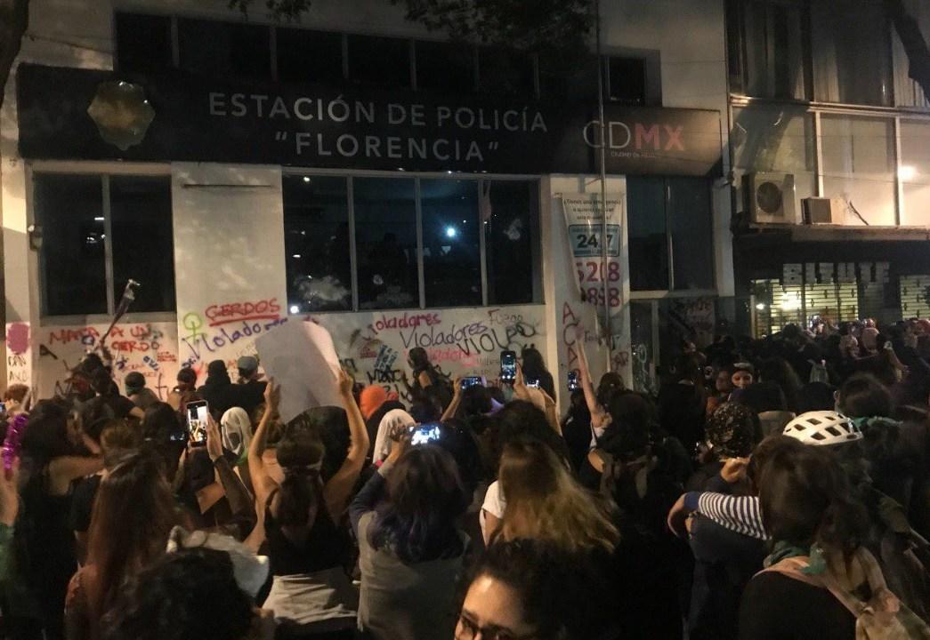 Foto: Manifestantes queman módulo de la Policía en la CDMX. El 16 de agosto de 2019. Twitter/@menanatera