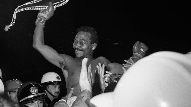 """Foto: José """"Mantequilla"""" Nápoles celebra después de vencer a Curtis Cokes. El 18 de abril de 1969. AP/Archivo"""