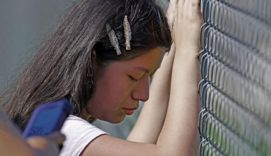 Foto: Angie, una menor de 11 años, observaba cómo agentes de ICE detenían a su madre. El 7 de agosto de 2019. AP