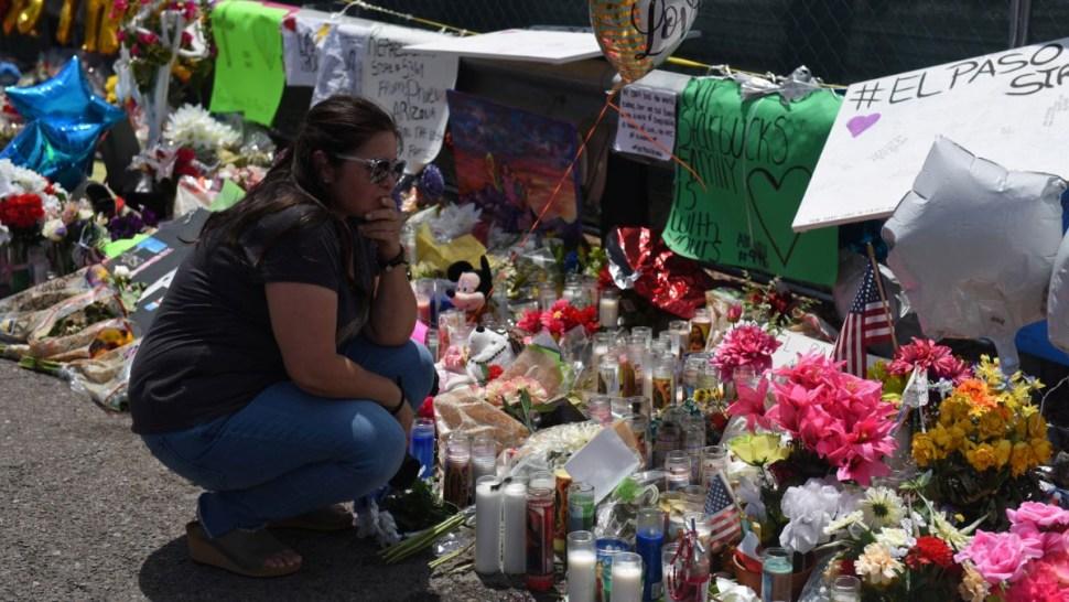 Foto: Una mujer llora frente a un altar para los muertos tras el tiroteo en El Paso, Texas, EEUU. Reuters