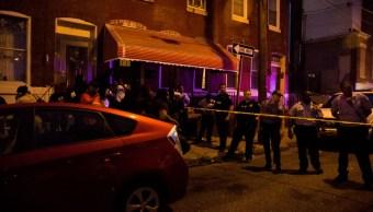 Foto: Policías mantienen rodeada una casa en Filadelfia, Pensilvania, EEUU. El 14 de agosto de 2019. Efe