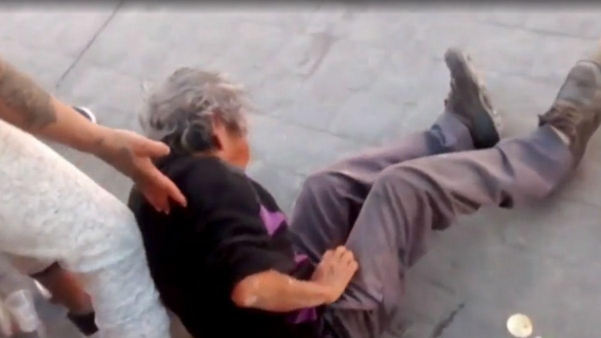 Foto: El vendedor quedó tirado en la calle después que un toro de lidia lo embistió. Noticieros Televisa