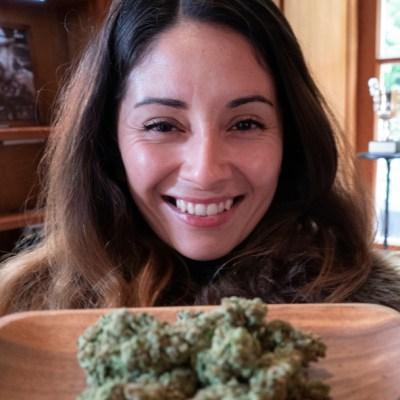 Fumar marihuana te hace mejor madre, asegura grupo de mujeres consumidoras