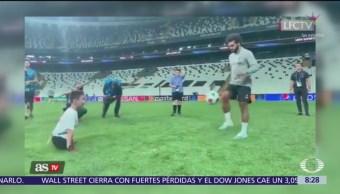 Futbolista Mohamed Salah juega cascarita con chavo sin piernas