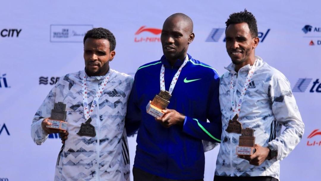 Foto: El corredor Keniano Duncan Maio (centro) gana el Maratón de la Ciudad de México este domingo, el 25 de agosto de 2019 (Twitter @MaratonCDMX)