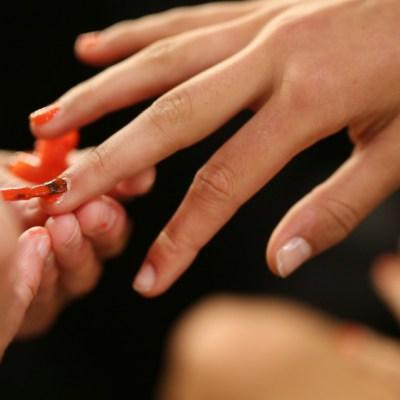 Video: Abuelito pinta las uñas a su nieta recién operada