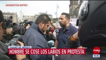 Hombre se cose labios en protesta, frente a Palacio Nacional CDMX