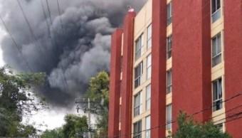 Foto: Por el incendio se desalojó a alrededor de 100 personas de una unidad habitacional cercana al lugar, el 11 de agosto de 2019 (Twitter @alertasurbanas)