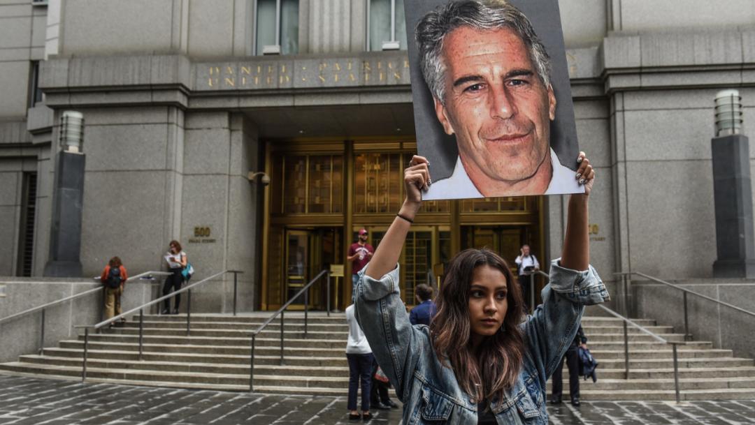 Foto: Una mujer protesta contra las practicas del millonario Jeffrey Epstein frente al tribunal federal en EU, 1 agosto 2019