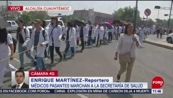 Médicos pasantes marchan a la Secretaría de Salud, en CDMX