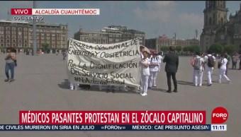 Médicos pasantes protestan en el Zócalo CDMX; demandan mejoras laborales